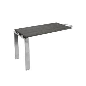 Ala mesa ejecutiva de 1200 mm, elaborada en tablero bilaminado de aglomerado y patas en metal cromado.