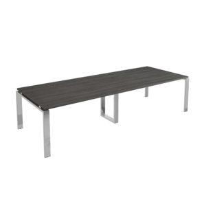 Mesa de juntas de 4000 mm, elaborada en tablero bilaminado de aglomerado y patas en metal cromado.