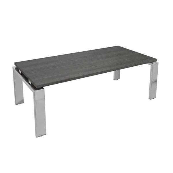 Mesa de centro de 1450x700x480 mm, elaborada en tablero bilaminado de aglomerado y patas en metal cromado.